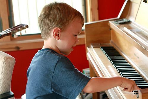 Kinderbach-play-piano