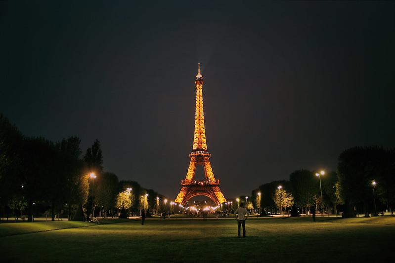 Contemplando la Torre Eiffel