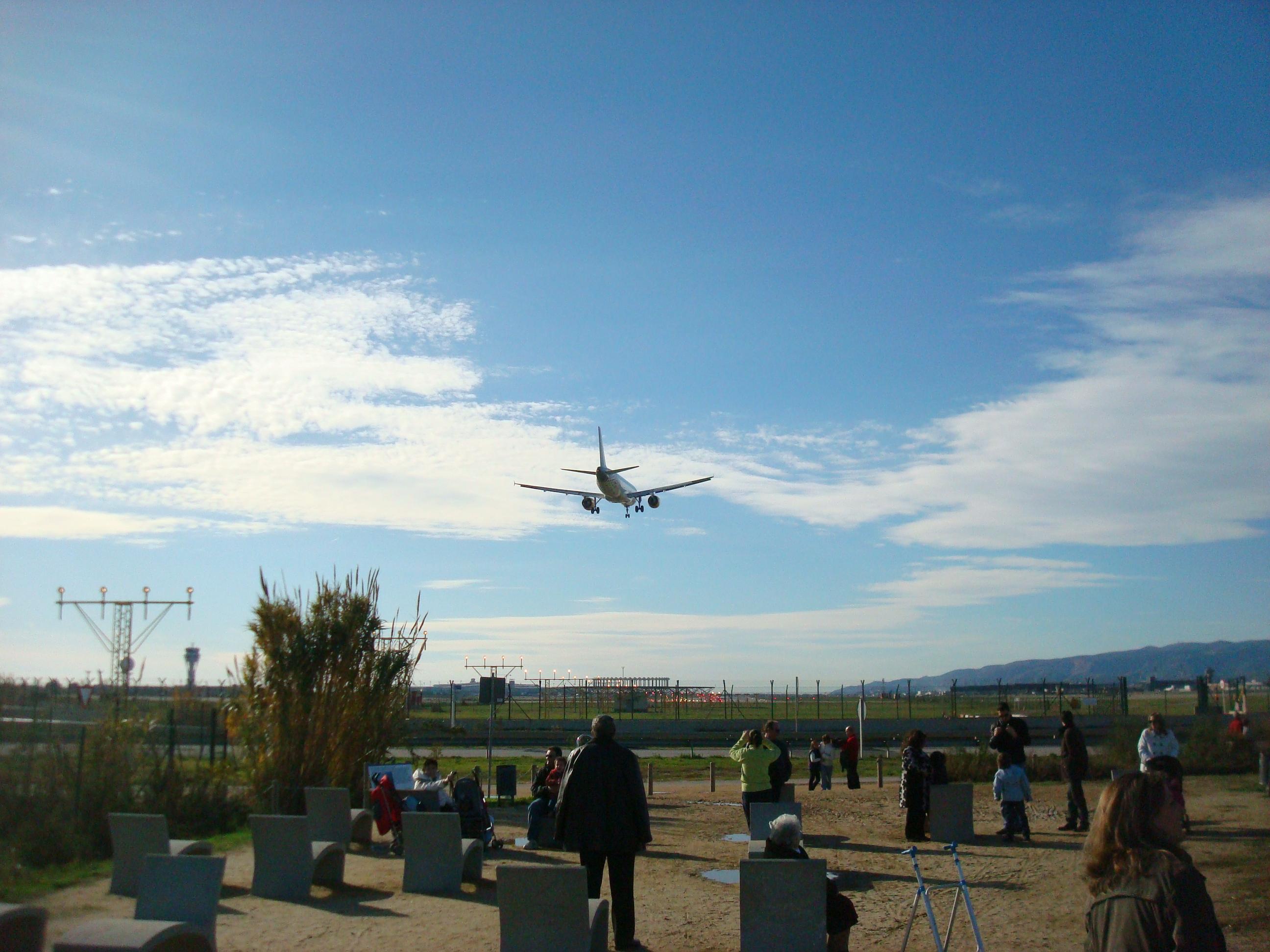 mirador aviones el prat bancos de piedra