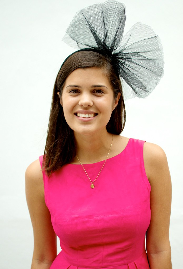 Blogger Geneva Vanderzeil wears DIY netted bow headband. (1)