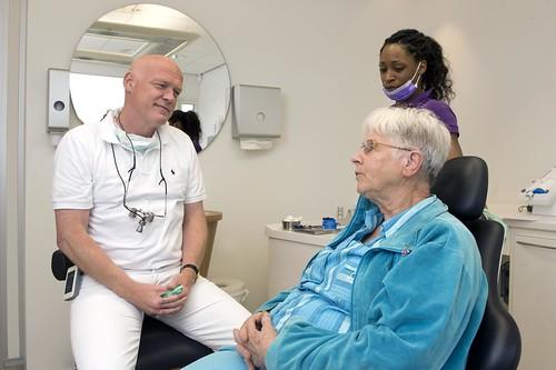 Tandarts in overleg met patiënt