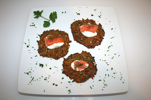 35 - Zucchini-Möhren-Puffer aus dem Ofen mit Sour Cream & Räucherlachs / Oven baked zucchini carrot pancakes with sour cream and smoked salmon - Serviert