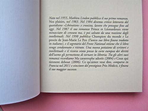 Mathieu Lindon, Cosa vuol dire amare; Barbès 2012. [resp. grafica non indicata]; fotog.: A. Robbe-Grillet, C. Simon, C. Mauriac, J. Lindon, R. Pinget, S. Beckett, N. Sarraute, C. Ollier, 1959 © M. Dondero. C. di guardia (part.), 1