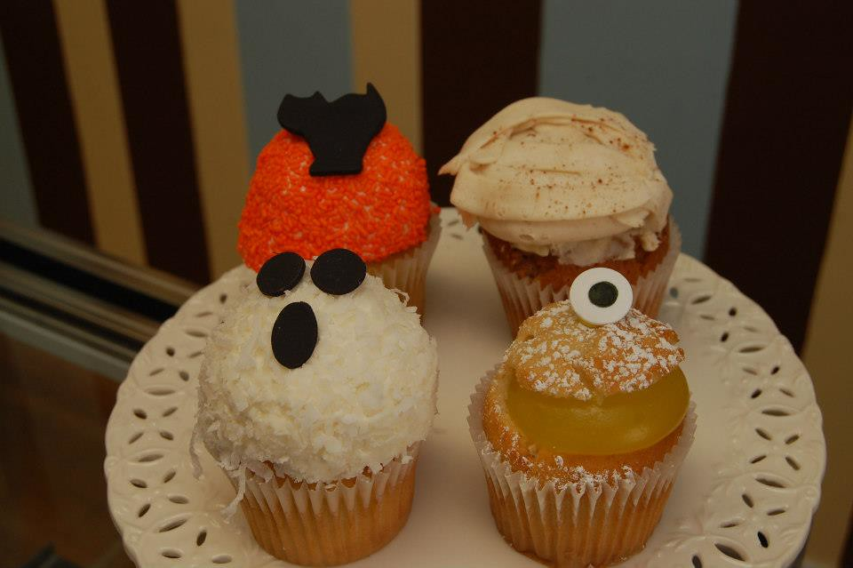 cute halloween cupcakes by cupcake wars winners white mountain cupcakery