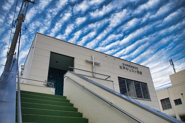 雲と青空とチャペルのアート