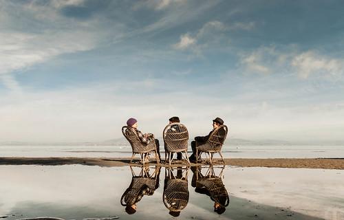 [フリー画像素材] 人物, 集団・グループ, 人物 - 後ろ姿, 人物 - 三人, 人物 - 河川・湖 ID:201211071200