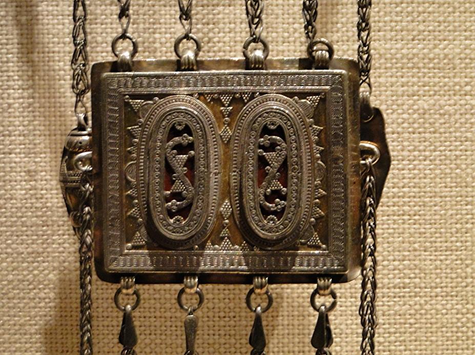 04 1j13_6267 tripartite pectoral lacquerTurkmen jewelryMetropolitan Museum ofArt