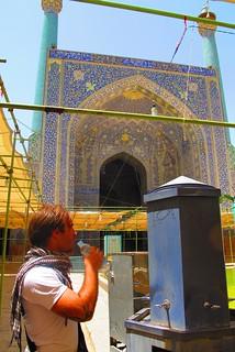 Eu a beber água de uma máquina dentro da Mesquita Imam em Esfahan