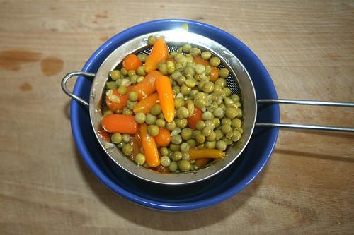26 - Erbsen & Möhren abtropfen lassen / Drain peas & carrots