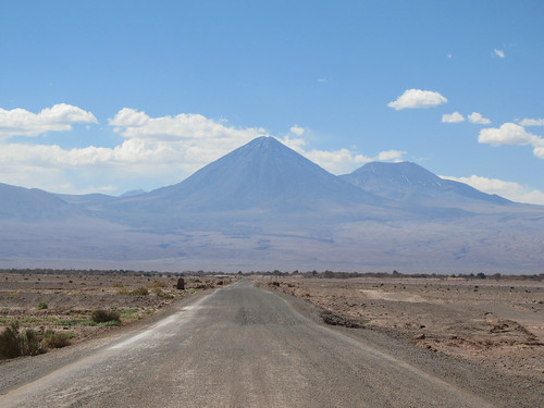 Le désert d'Atacama: retour de la Valle de la Luna. Le volcan Licancabur et son acolyte.