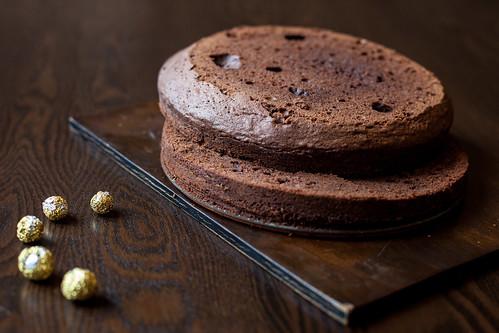 шоколадный корж разрезанный на две части