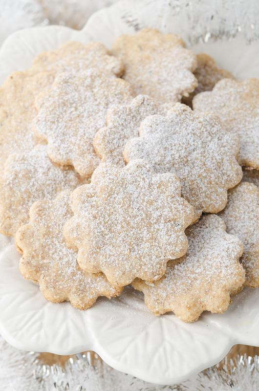 Крекеры, паштет и пряный сладкий хлебец sweet crackers