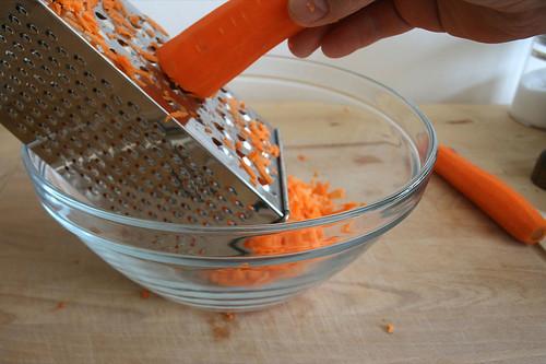 13 - Möhren raspeln / Grate carrots