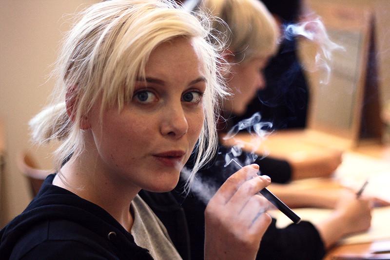 Louise röker på bildlektionen, elcigg....