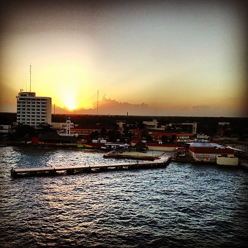 好的,等等-如果我们要在科苏梅尔照片上进行日出,那就更好了!好啦! #fisherpriceonroyal #ad