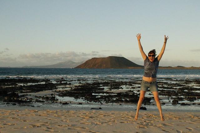 Aniwiki en Fuerteventura. Al fondo la isla de Lobos.