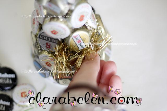Arbolito navideño hecho de chapas o corcholatas de refrescos