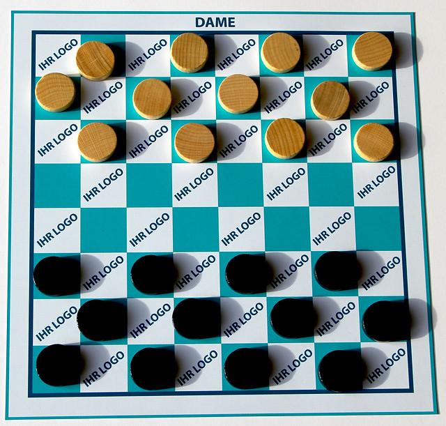brettspiel-dame-mit-branding