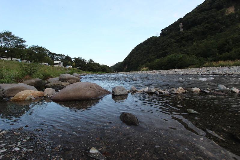 テント前に流れる河