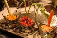 Puerro con tierra orgánica de cebolla, Zanahoria encurtida en crocante de maiz y Rabanito osmotizado en soja con remolacha