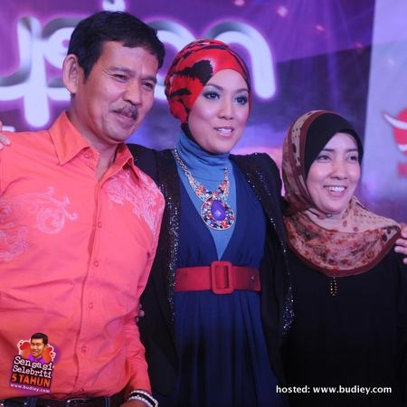 From Left - ND Lala (Amir Amzah, Shila's father), Shila Amzah & her mother, Fauziah Sarman