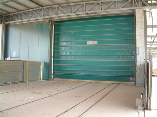 Porta rapida mod. IP ST inserita su rulliere per il trasporto dei pannelli in legno