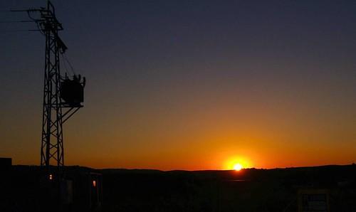 - Fuentes de energía -   En el horizonte como cualquier otro día, una puesta de Sol;  nuestra fuente de energía más limpia e inagotable. Y en primer plano una torreta eléctrica ensucia el paisaje.   #sunsets #sunset_madness #spain #paradise #natureaddict