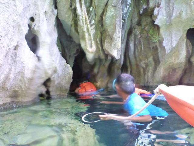 Ban帶著我們游去洞穴裡參觀拍照