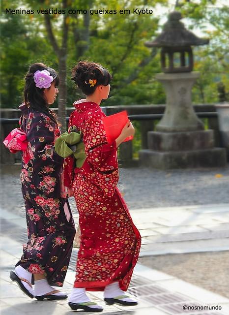 Meninas vestidas como gueixas em Kyoto