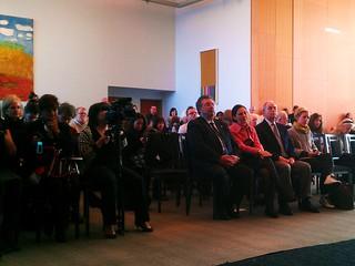 """Cónsul General, Guadalupe Phillips, Armando Anguiano y público asistente a la inauguración de la exposición """"Frida & Diego: Passion, Politics and Painting"""""""