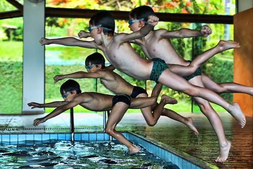 heitor mergulhando piscina