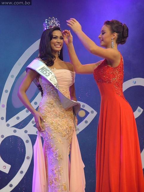 Olivia Pinheiro, coronada Miss Bolivia 2010 por Claudia Arce