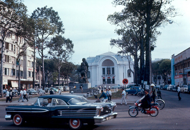 Saigon 1967 - Statue-Opera Bldg-58 Olds