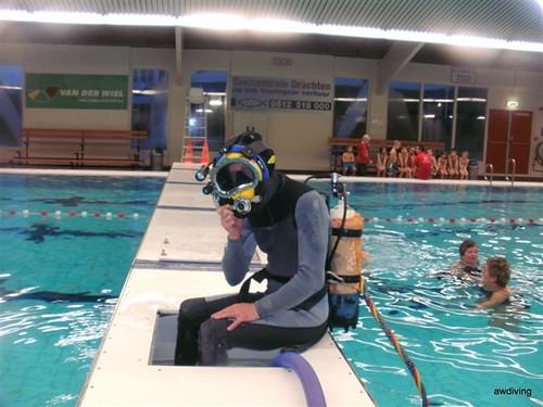 Duikwerkzaamheden uitvoeren terwijl de zwem lessen gewoon doorgaan