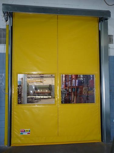 Visive trasparenti nel manto delle porte autoriparanti