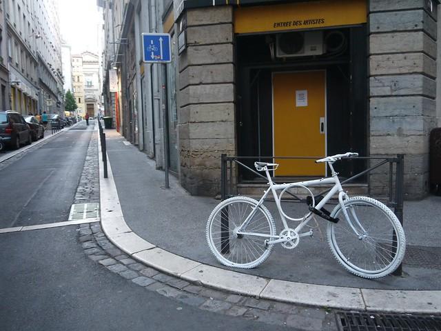02 巷口的白色自行车,纯装饰