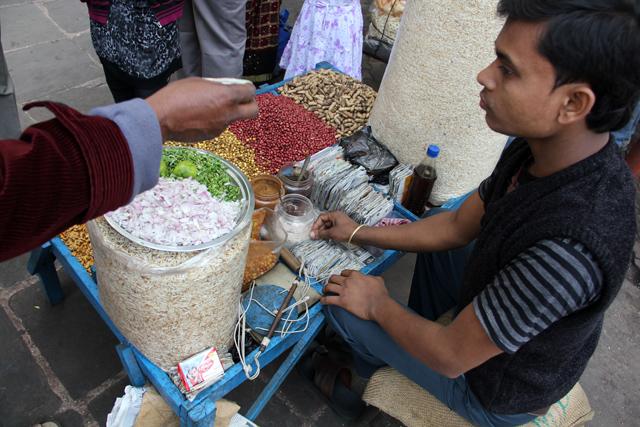 Jhal muri vendor in Kolkata, India
