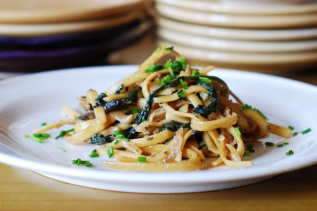 Creamy mushroom pasta with caramelized onions and spinach, pasta recipes, pasta dinners, vegetarian recipes, vegetarian pasta