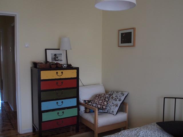 Porque todos os quartos precisam de cor e de uma cadeira para ler