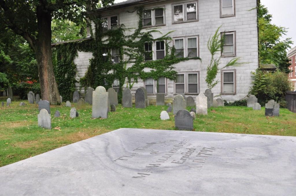 Los cementerios urbanos son un gran atractivo en Salem ... eso sí ... dormir en una casa con vistas a un cementerio no debe ser una buena idea. Salem, la ciudad de las brujas - 8079348030 62bafd49aa o - Salem, la ciudad de las brujas