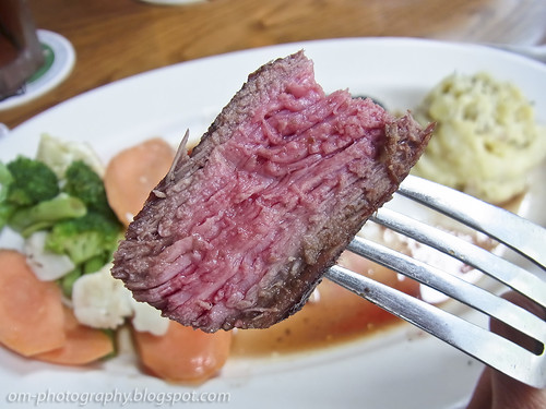 sirloin steak, medium rare, outback steak house R0019245 copy