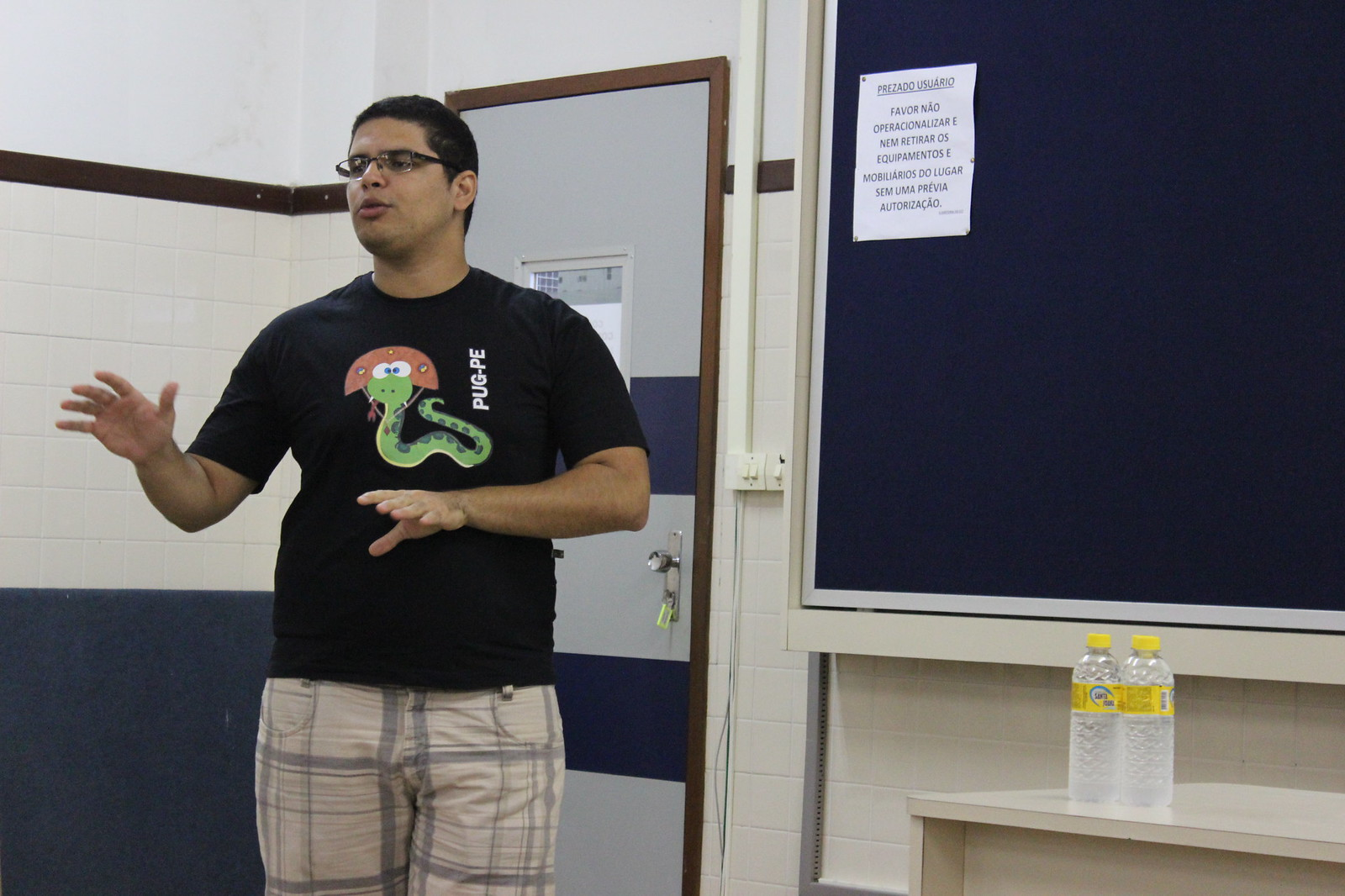 Renato Oliveira palestrando sobre o PEP-8