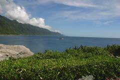 台灣東部有秀麗的海岸線景觀,也是人類的近親,可愛鯨豚出沒的水域。 花蓮的石梯坪是海上賞鯨豚活動的發源地。 攝影:蔡桉浩