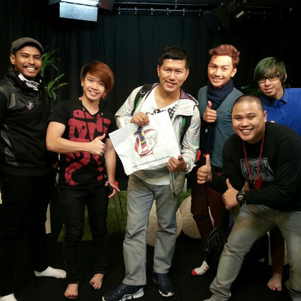 Bersama geng @KLPopRadio selepas jadi tetamu @DJAdikKLPopRadio tghri tadi Thank you all!