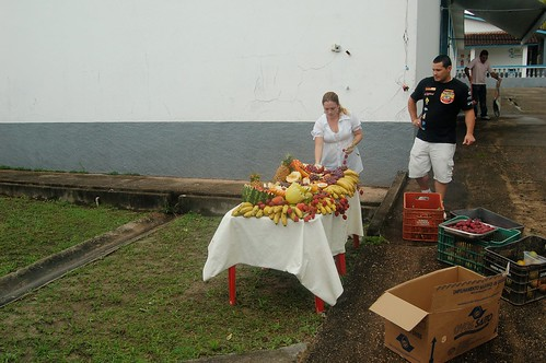 Ein Hausmädchen schmückt die Tische mit Früchten aller Art