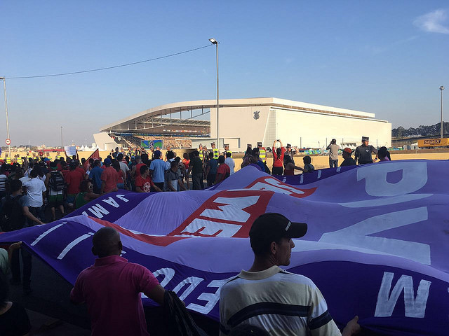 """Acto """"Fuera Temer SP, #OcupaOlimpiada, frente al Itaquerão - Créditos: Foto: Júlia Doce/Brasil de Fato"""