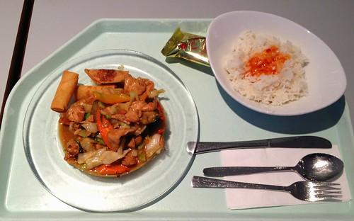 Gebratenes Hühnerfleisch in Erdnußsauce & Frühlingsröllchen / Fried chicken in peanut sauce & spring rolls