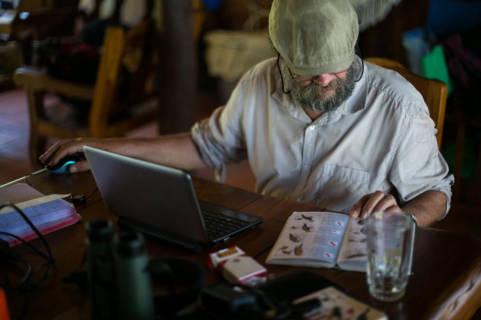 Un investigador inglés realiza anotaciones y consultas sobre distintas especies de aves que monitorea en la estación. (Tetsu Espósito)