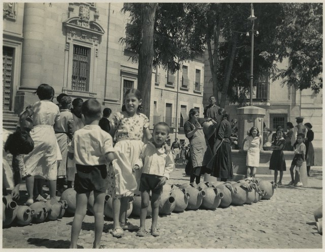 Fuente en la Plaza del Padre Juan de Mariana en 1935. Fotografía de Dorothy E. Johnston © The Royal Geographical Society, London