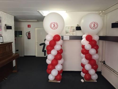 Ballonpilaar Breed Rond met bedrukte Topballon 5 jaar Cigo Zalencentrum